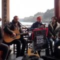 有群老外在西湖边唱歌